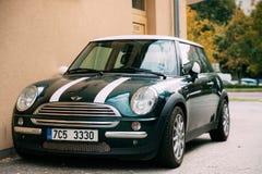 De Groene Kleur Mini Cooper Car van Front View Of Youth Stylish Hipster Royalty-vrije Stock Foto's