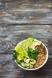 De groene Kom van Boedha met linzen, quinoa, avocado, komkommer, verse sla, kruiden en zaden Royalty-vrije Stock Afbeeldingen
