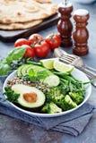 De groene kom van de veganistlunch met quinoa en avocado royalty-vrije stock foto