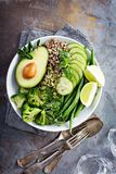 De groene kom van de veganistlunch met quinoa en avocado royalty-vrije stock afbeeldingen