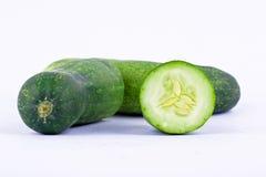 de groene komkommers en de halve komkommers hebben volledige vitamine op wit gezond plantaardig geïsoleerd voedsel als achtergron Royalty-vrije Stock Foto