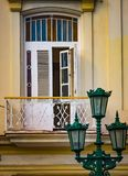De groene lantaarns bevinden zich alvorens het wit vensters in Cuba shuttered stock fotografie