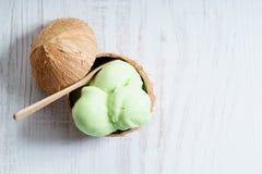 De groene lepels van het kleurenroomijs Stock Afbeeldingen