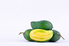 De groene mango pelde en drie verse groene mango's op wit achtergrond gezond geïsoleerd fruitvoedsel Royalty-vrije Stock Foto's