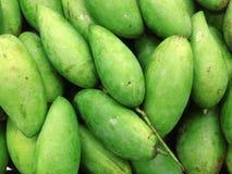 De groene mango zette omhoog gestapeld voor verkoop stock foto's