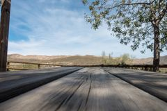 De groene manier van Lucainena onder de blauwe hemel in Almeria Royalty-vrije Stock Fotografie