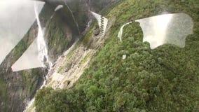 De groene mening van het bergpanorama van helikoptervenster in Nieuw Zeeland stock footage