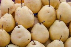 De groene natuurlijke achtergrond van het peren sappige verse fruit stock afbeelding