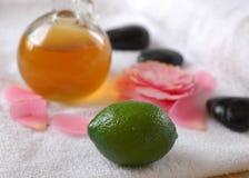 De groene olie van de Kalk en van de massage stock fotografie