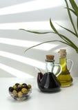 De groene olijfolie en de olijven zijn een natuurlijk product Royalty-vrije Stock Foto