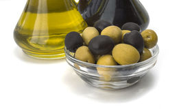 De groene olijfolie en de olijven zijn een natuurlijk product Stock Fotografie