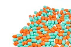 De groene oranje capsule van kleurenpillen op witte achtergrond Stock Fotografie