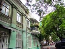 De groene, oude bouw dichtbij de weg in Odessa royalty-vrije stock foto