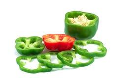 De groene groene paprika's omringden Rode klok stock afbeelding