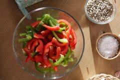 De groene paprika's worden voorbereid op het koken royalty-vrije stock afbeelding