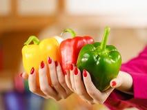 De groene paprika'spaprika van de vrouwenholding Stock Foto