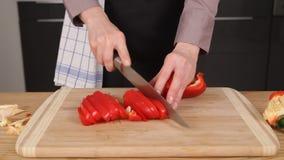 De groene paprika wordt met mes wordt fijngehakt dat stock video