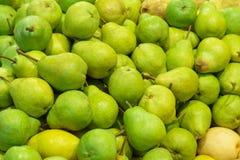 De groene peren van ` Williams ` in opslag als achtergrond stock foto's