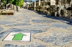De groene pijl van het mozaïek op de vloer wijst op de juiste richting in het kasteel van St Peter Turkije stock foto