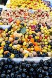 De groene, rode en zwarte olijven, Spaanse pepers, bewaart in een Franse markt in Parijs Frankrijk Royalty-vrije Stock Foto's