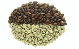 De groene (Ruw) en Geroosterde Bonen van de Koffie stock afbeeldingen