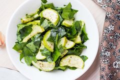 De groene salade met courgette, spinazie, springt verse, gezonde schotel op Royalty-vrije Stock Foto