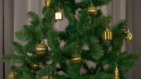 De groene spar met gouden decoratie roteert Tamplate voor groetkaart om Vrolijke Kerstmis en Gelukkig Nieuwjaar te vieren stock video