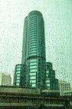 De groene Spiegelbouw met regen. Royalty-vrije Stock Fotografie