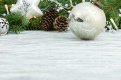 De groene tak van de Kerstmisboom met kegels, decoratieve glasballen a stock foto