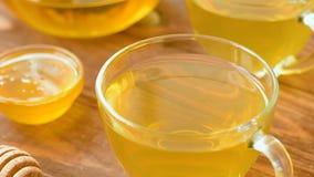 De groene thee met munt, nam, gojibessen, ananas en honing toe stock video