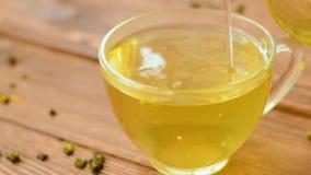 De groene thee met munt, nam, gojibessen en ananas toe stock videobeelden