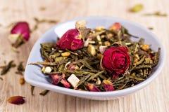 De groene thee met vruchten, kruiden, nam bloemblaadjes toe Stock Fotografie