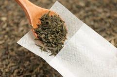 De groene thee wordt gevuld met houten lepel in een speciale theefilter Royalty-vrije Stock Foto