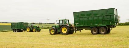 De groene tractor twee en aanhangwagen van Vestingmuur stock afbeeldingen