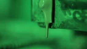 De groene verf druipt neer stock video