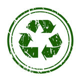 De groene zegel van het grunge kringloopteken op wit Stock Foto's