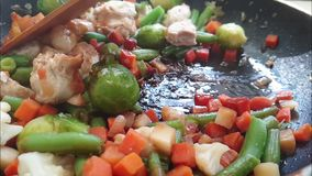 De groenten en het vlees zijn gebraden in een pan stock videobeelden
