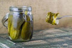 De groenten in het zuur kunnen binnen met knoflook Stock Foto