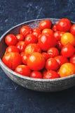 De groenten in het zuur van de kersentomaat Stock Foto's