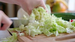 De groenten liggen op een lijst aangaande een hakbord stock video