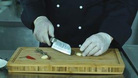 De groenten op scherpe raad en chef-kokhanden detailleren, restaurantkeuken op achtergrond stock footage