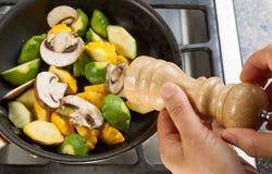 De groenten van het handkruiden met peper Stock Fotografie
