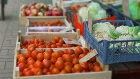 De groenten zijn in dozen op straatmarkt of oostelijke bazaar in koud weer stock videobeelden