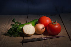 De groenten zijn op de oude houten lijst Royalty-vrije Stock Afbeelding