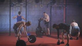 De groep atleten heft teamgeest op en begint uit te oefenen stock footage