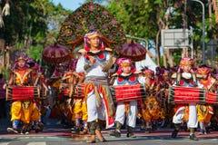 De groep Balinese mensen in traditionele kostuums speelt gamelan muziek Stock Foto's