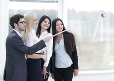 De groep Bedrijfsmensen geniet van nemend Selfie met Team Work na Vergadering in Bureau royalty-vrije stock afbeeldingen