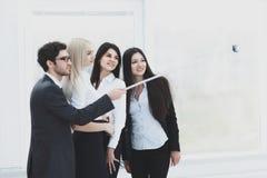 De groep Bedrijfsmensen geniet van nemend Selfie met Team Work na Vergadering in Bureau stock afbeelding