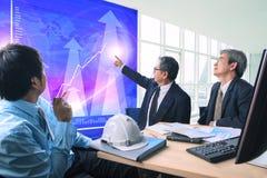 De groep bedrijfsmensenvergadering met bedrijfsgrafiek in bureau komt samen Royalty-vrije Stock Afbeeldingen