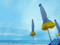 De groep blauwe paraplu op het zand met blauwe ligstoel van is Stock Fotografie